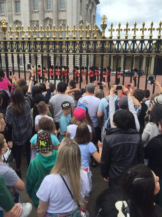 Relève de la garde devant grille de Buckingham Palace